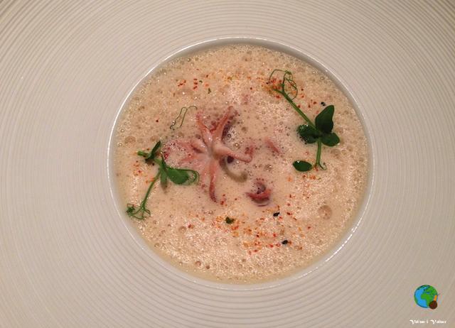 Saltejat de popets petits amb pèsols del Maresme i alfàbrega, suc espumós de llamàntol, cafè, pebre i curri