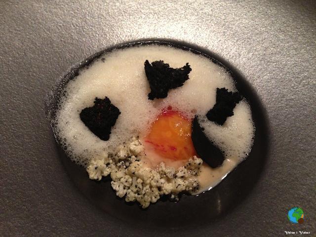 Rovell d'ou de granja amb mantega torrada a la tòfona negra, coliflor i cruixent d'all negre alpiment d'Espeltte
