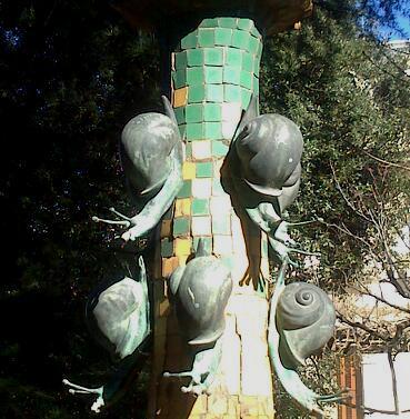 Cargols fotografiats per la meva amiga Margarita Pons - Font d'una casa modernista a La Garriga