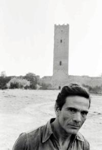 Pier Paolo Pasolini davant de la torre de Chia