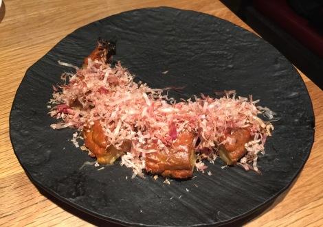 Albergínia rostida amb crema de sèsam, aji panca i katsuobushi