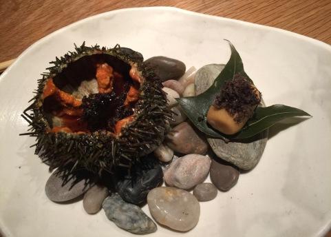 Garoina amb salsa de tòfona negra i yuzu